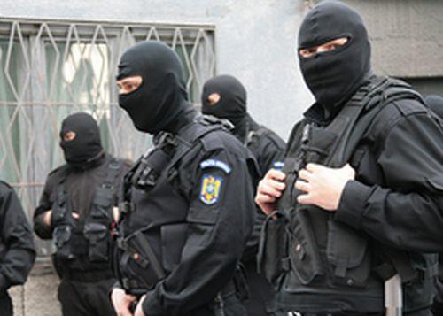 VIDEO, Alba Iulia: Percheziții la persoane bănuite că ar fi contrafăcut articole vestimentare