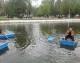 """Trei zile de plimbări gratuite cu barca pe lacul din centrul Sebeșului. Au sosit primele ambarcațiuni iar """"flota"""" se va mări în următoarele zile"""