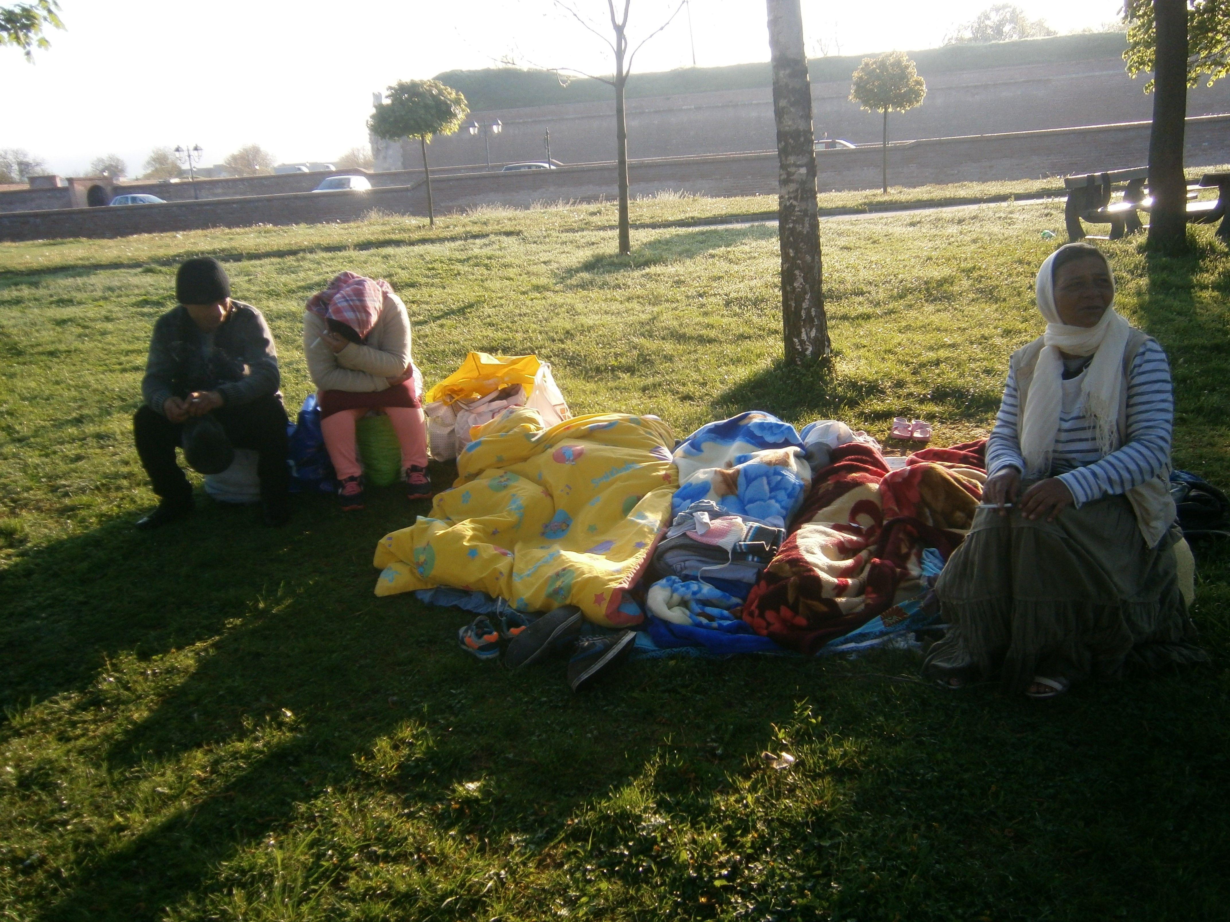 """Un grup de romi s-a instalat în Parcul Unirii din Alba Iulia. Oamenii au fost luați în """"primire"""" de Poliția Locală"""