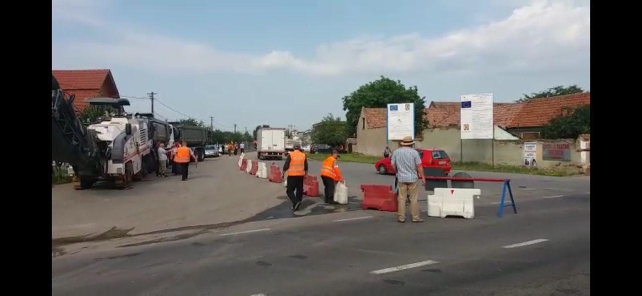 Foto-video: Lucrări edilitare la Lancrăm. Vor fi înlocuite 50 de capace de canal. Restricție de circulație!