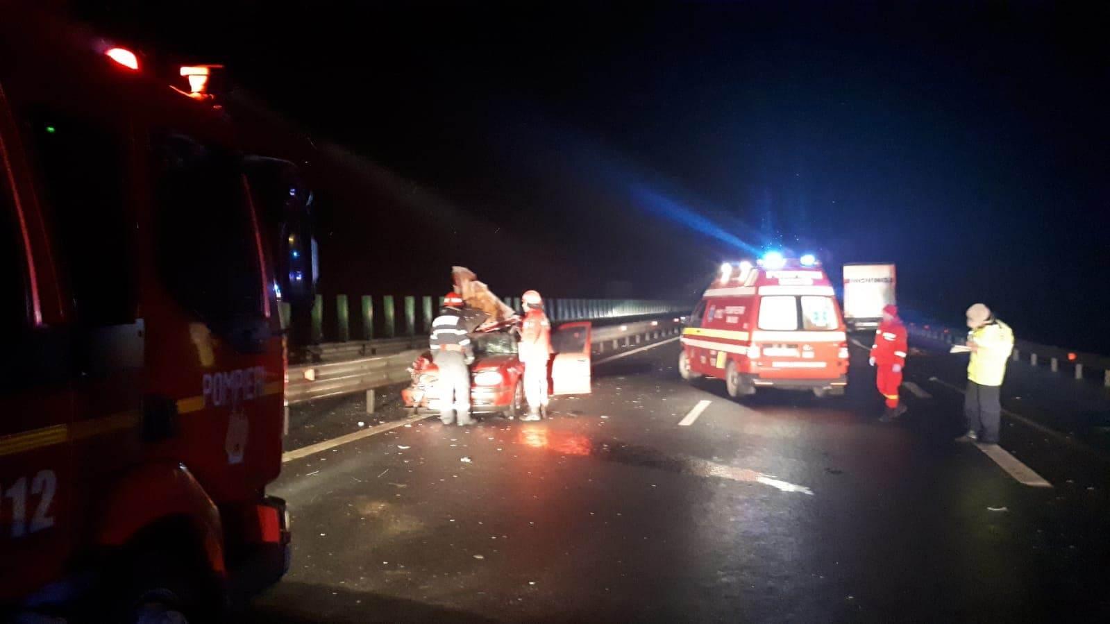 Foto: Doi bărbați au murit între Sebeș și Orăștie. Mașina care i-a luat de la aeroport a intrat sub un TIR