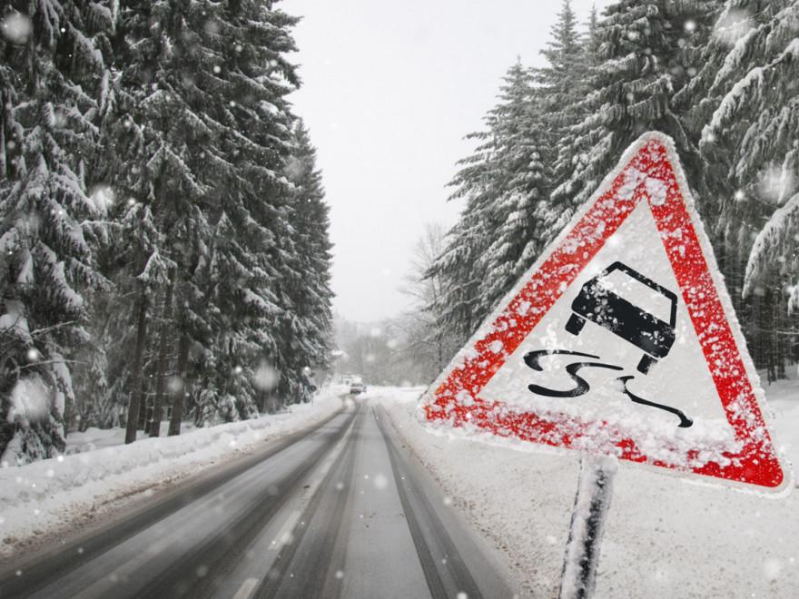 Alba: Șoferii sunt sfătuiți să conducă prudent. Se circulă în condiții de iarnă pe toate arterele rutiere din județ
