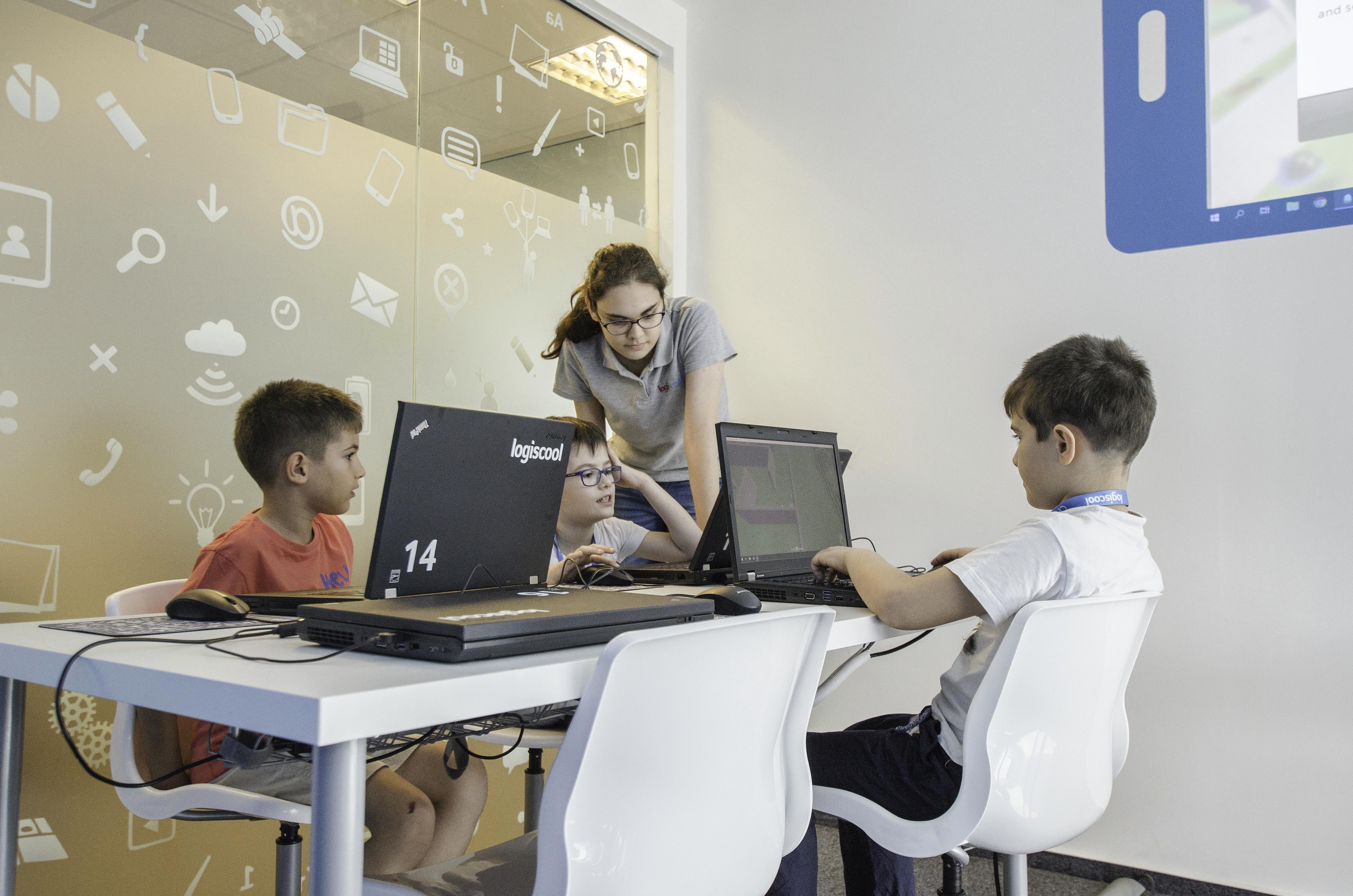 Copiii și adolescenții din Alba Iulia pot participa, începând cu anul 2019, la cursurile de programare Logiscool de la ei din oraș