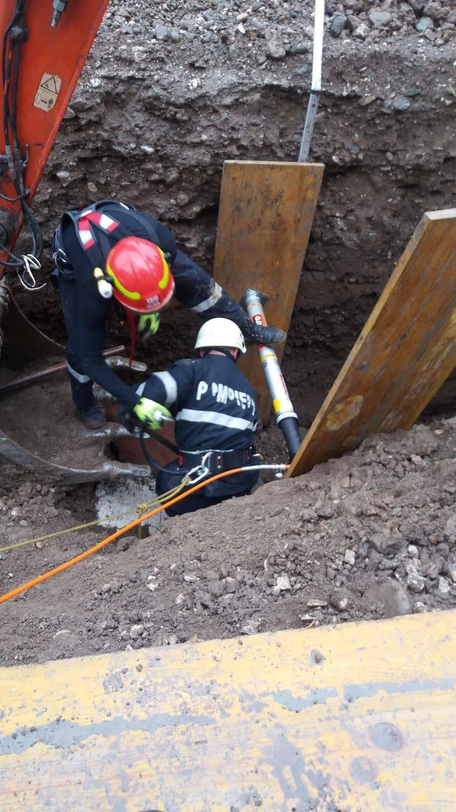 Foto: Un bărbat din Alba a murit sub un mal de pământ. Trupul său a fost scos la suprafață după câteva ore