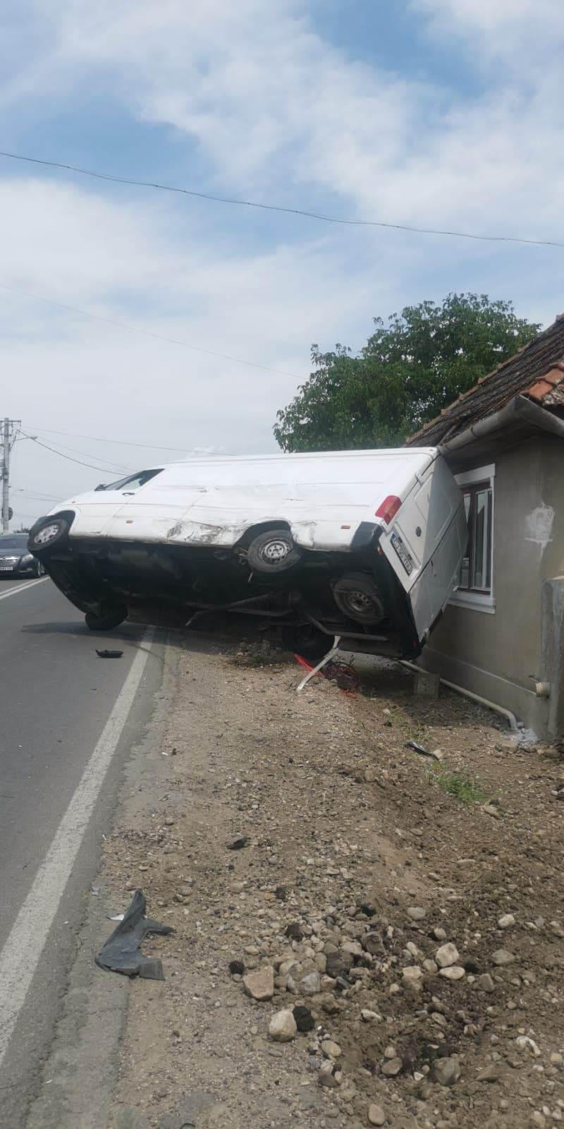 Accident pe DN1. Au fost implicate două microbuze, din care unul răstunat, și un autoturism